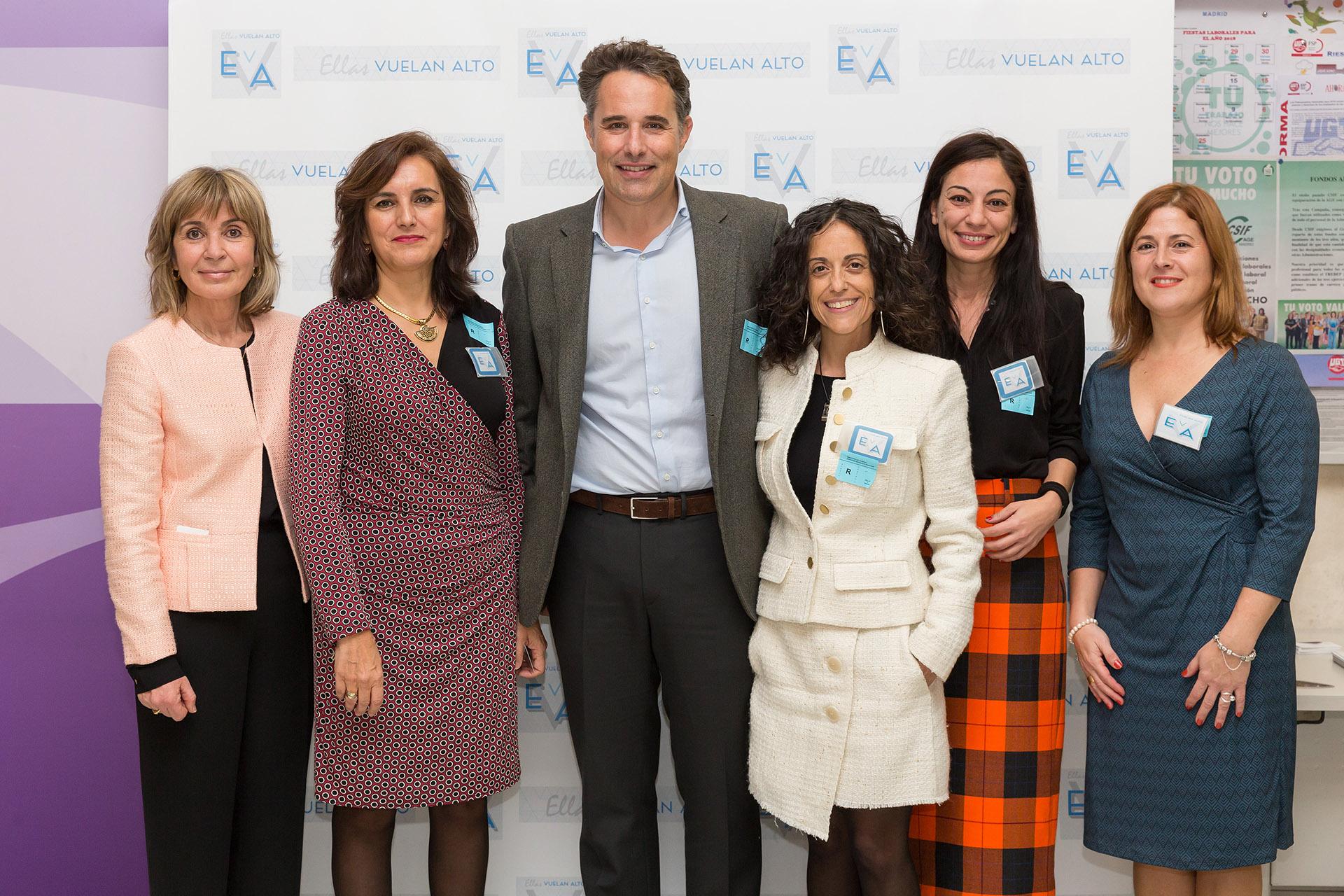 Jordi Tortras Cuspinera, director general de Eliance, posa con parte del equipo de Ellas Vuelan Alto.