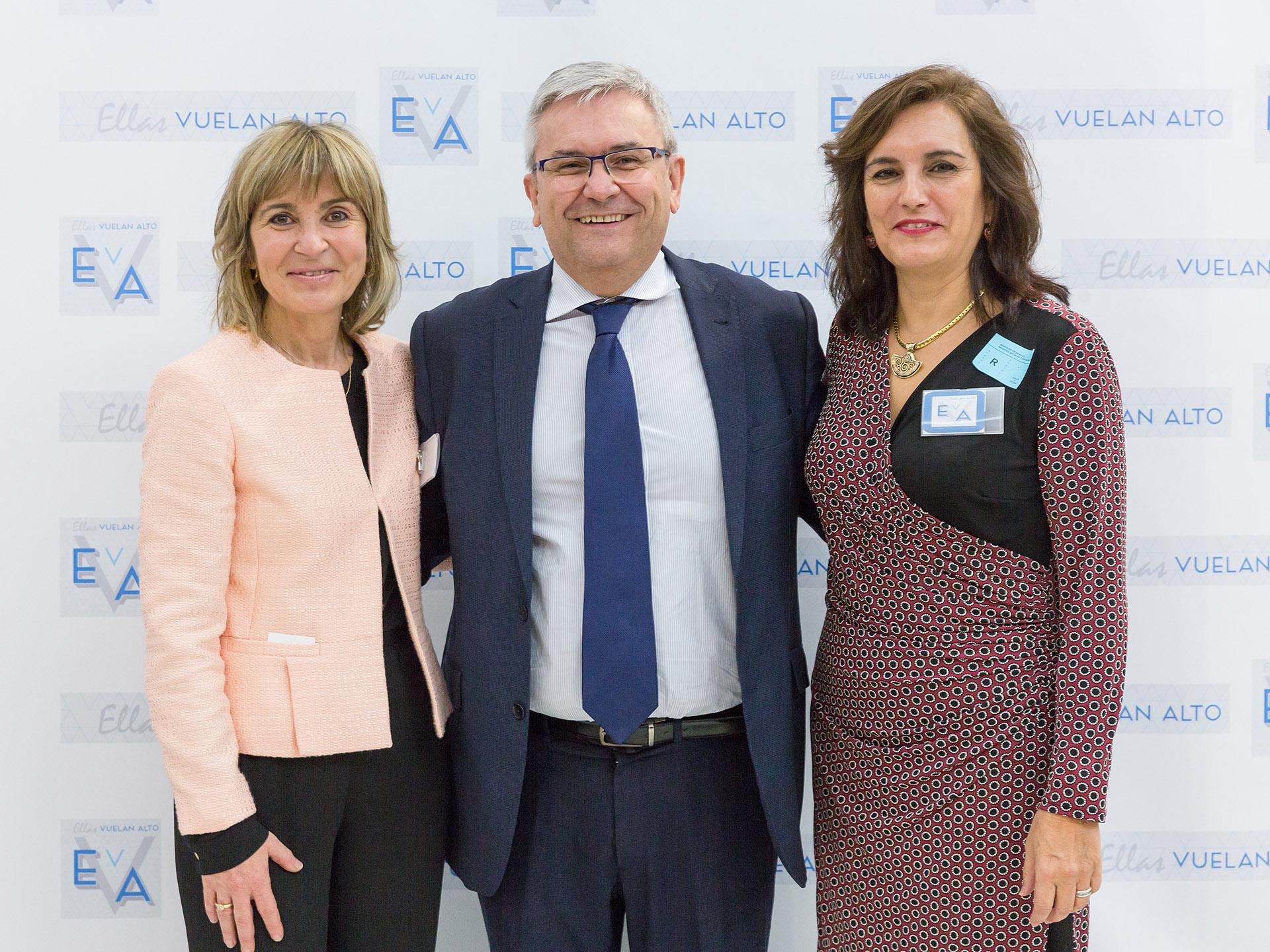 En el centro Manuel Huertas, presidente de Airbus Operations España, con Teresa Busto e Isabel Maestre, vicepresidenta de EVA.