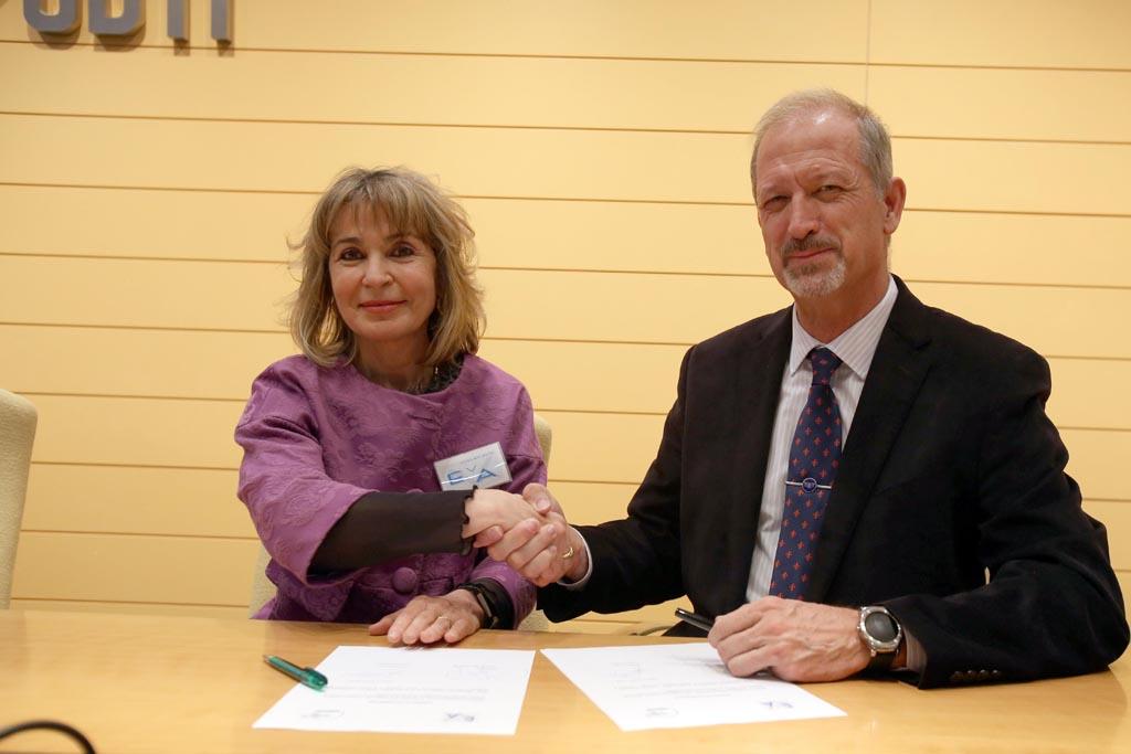 Tomás Marqués, presidente de Aerotec, en la firma de adhesión de la escuela a EVA.