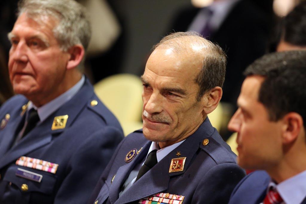 El director general del INTA, general del Aire, José María Salom, escucha atentamente el debate sobre innovación.