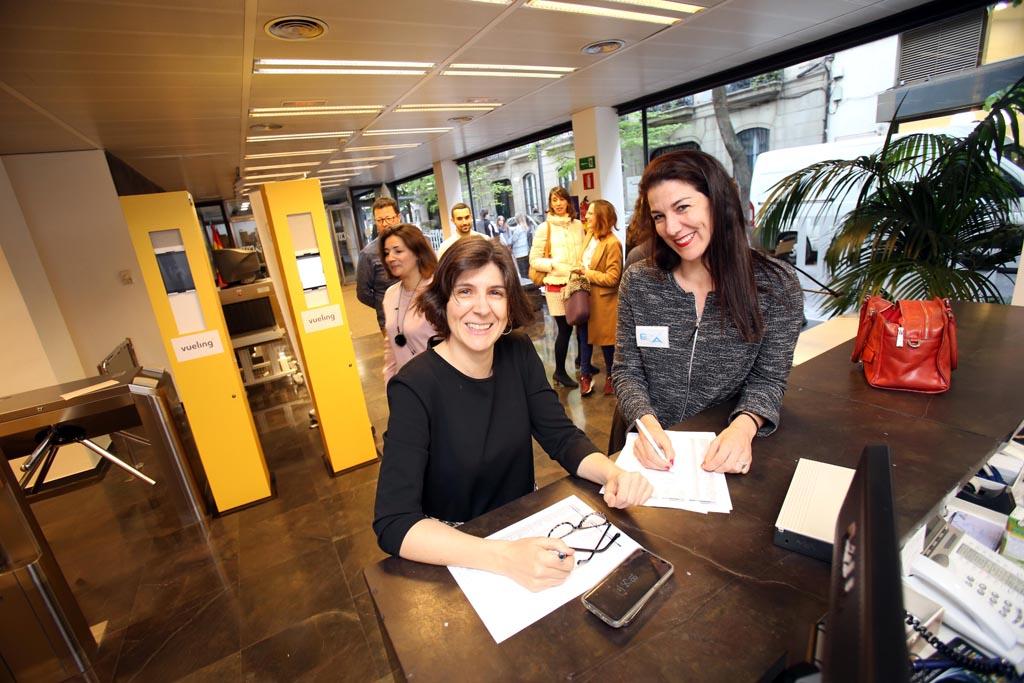 Sonia Álvarez, del equipo de comunicación de EVa, y Ana Gómez Pineda, de la Junta Directiva de EVA.