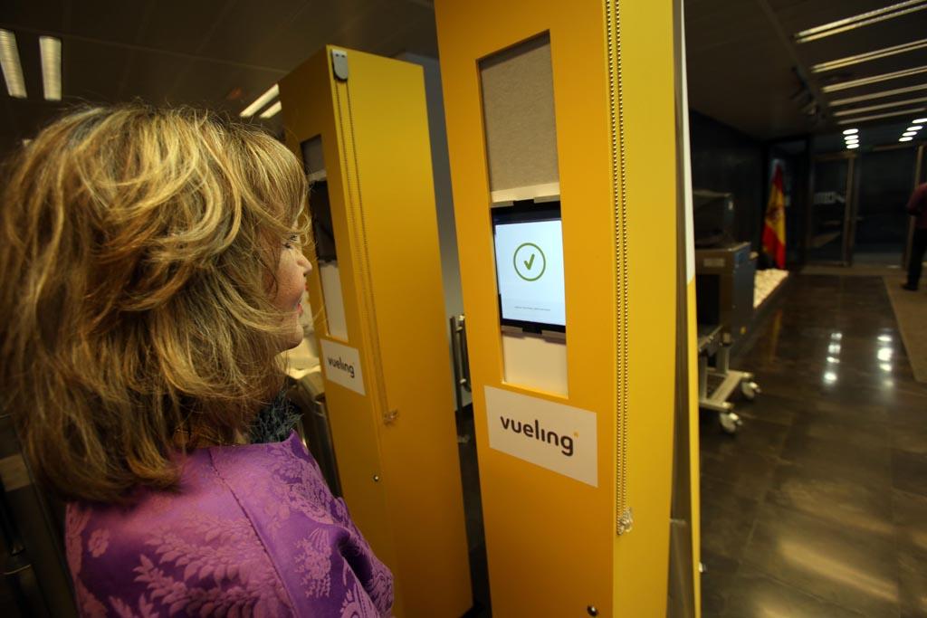 La presidenta de EVA probando el nuevo sistema de Vueling.